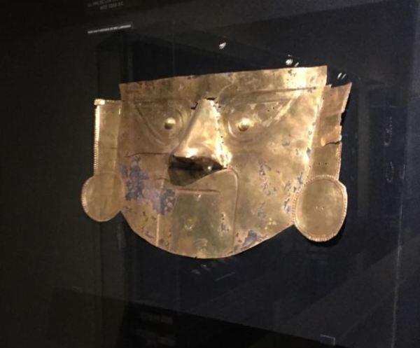 Máscara en cobre dorado. Museo de las huacas de Moche. Foto R.Puig