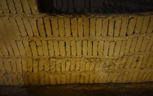 Muro de adobitos en técnica de librero. Huaca Pucllana. Foto R.Puig