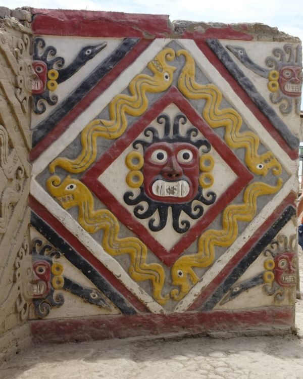 Muro del Dios de las Montañas. Patio Ceremonial. Cao Viejo. Foto R.Puig