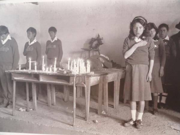 Escolares en un aula en zona controlada por Sendero Luminoso. Lugar de la Memoria. Lima