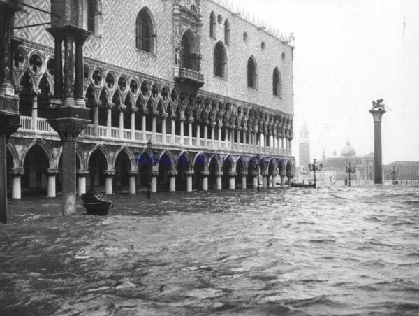 Acqua granda. Venecia. 4 de noviembre 1966. Dominio público