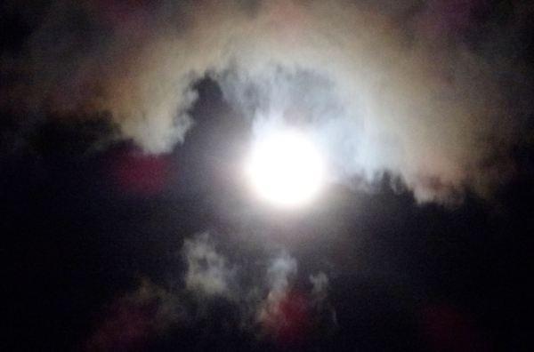 La luna lucha con las nubes 2. Foto R.Puig