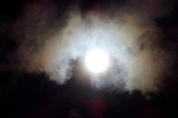 La luna lucha con las nubes 3. Foto R.Puig