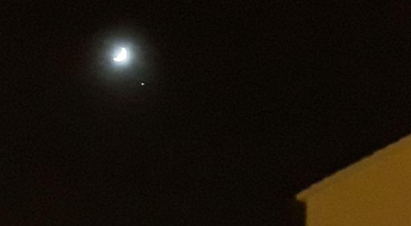 La luna y el lucero de la tarde sobre Els Poblets. Foto R.Puig