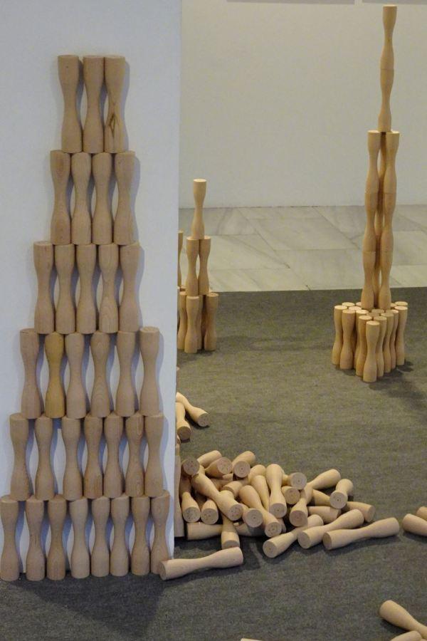 Julia Fuentesal y Pablo M. Arenillas. Piezas en madera de haya sobre moqueta gris. Foto R.Puig