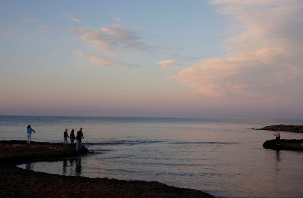 Pescando en familia al anochecer. Foto R.Puig
