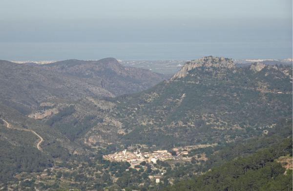 Benirrama y su castillo y la costa de Oliva y la carretera de las Marinas. Foto R.Puig
