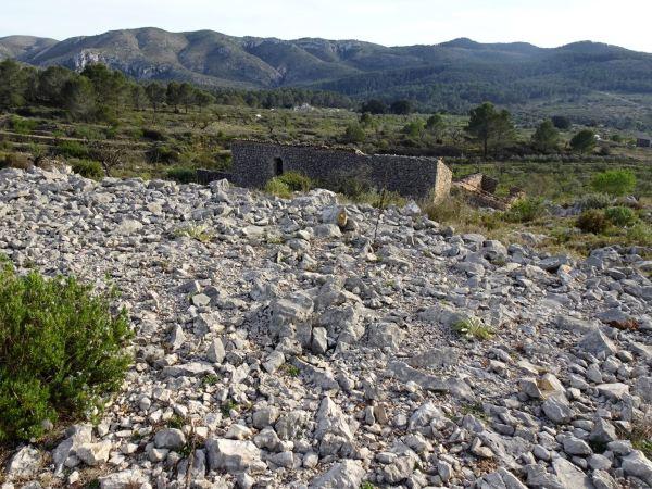 Alquería, corral y cantera bajando de las laderas de l'ombria. Foto R.Puig