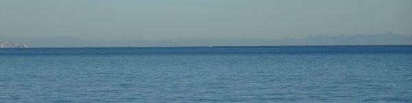 La sierra de Espadán y la de Penyagolosa desde la playa de la Almadrava. Foto R.Puig