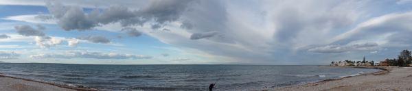 Mano de nubes sobre la playa de la Almadrava. Foto R.Puig