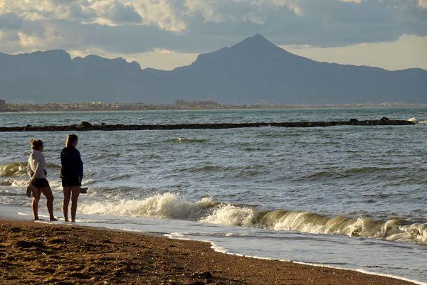 Playa de Les Deveses y el Montuver de fondo. Foto R.Puig