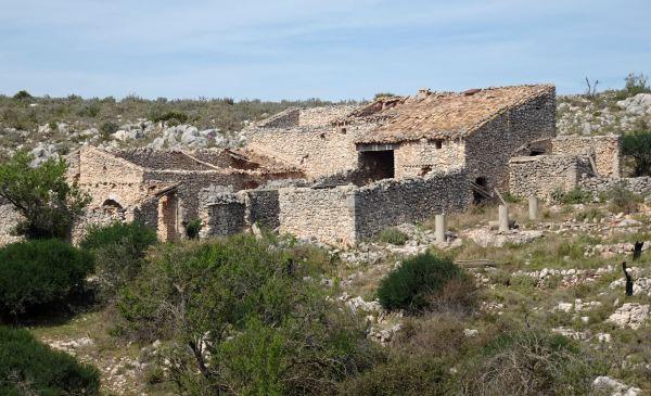 Ruinas de alquería de origen morisco a 600 metros de altura bajo las cimas de la Umbría. Foto R.Pui