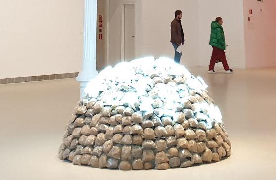 Mario Merz. El consumismo frente a la naturaleza. Palacio Velázquez. Foto R.Puig