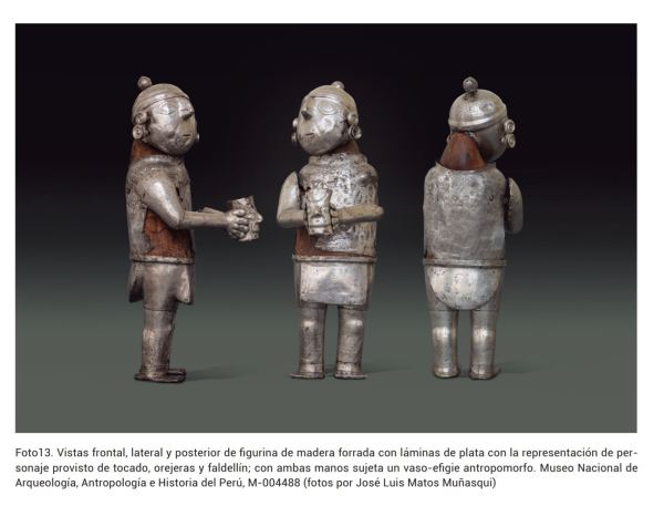 Personajes de madera vestidos de plata