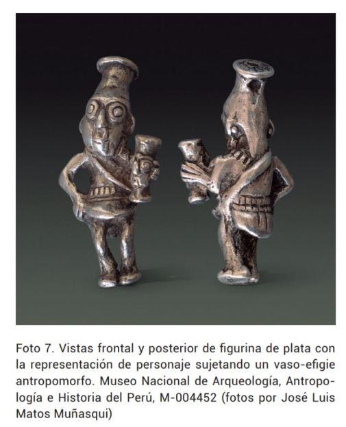 Personajes sujetando vasos antopomorfos